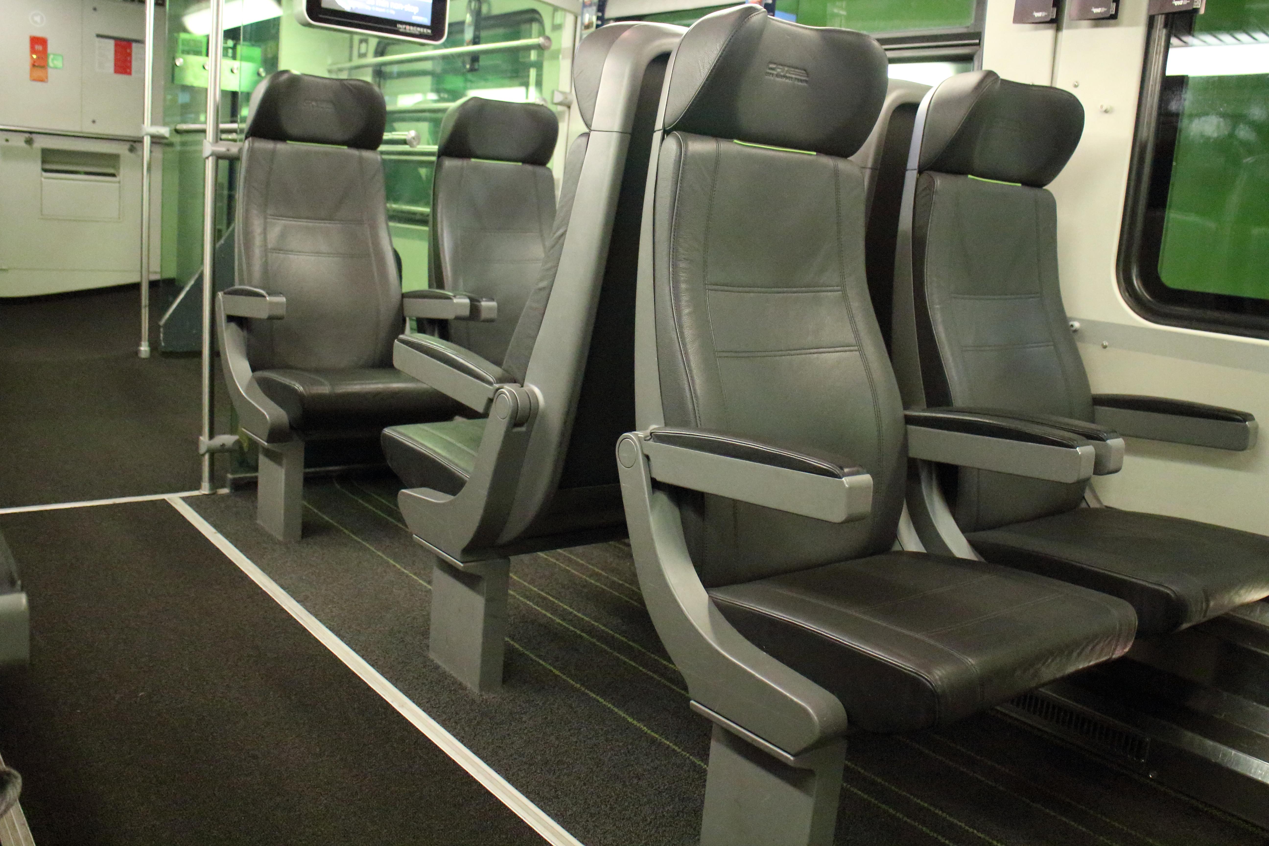 ウィーン市街から空港へ特急列車CATで移動。Wifiも使えるよ。