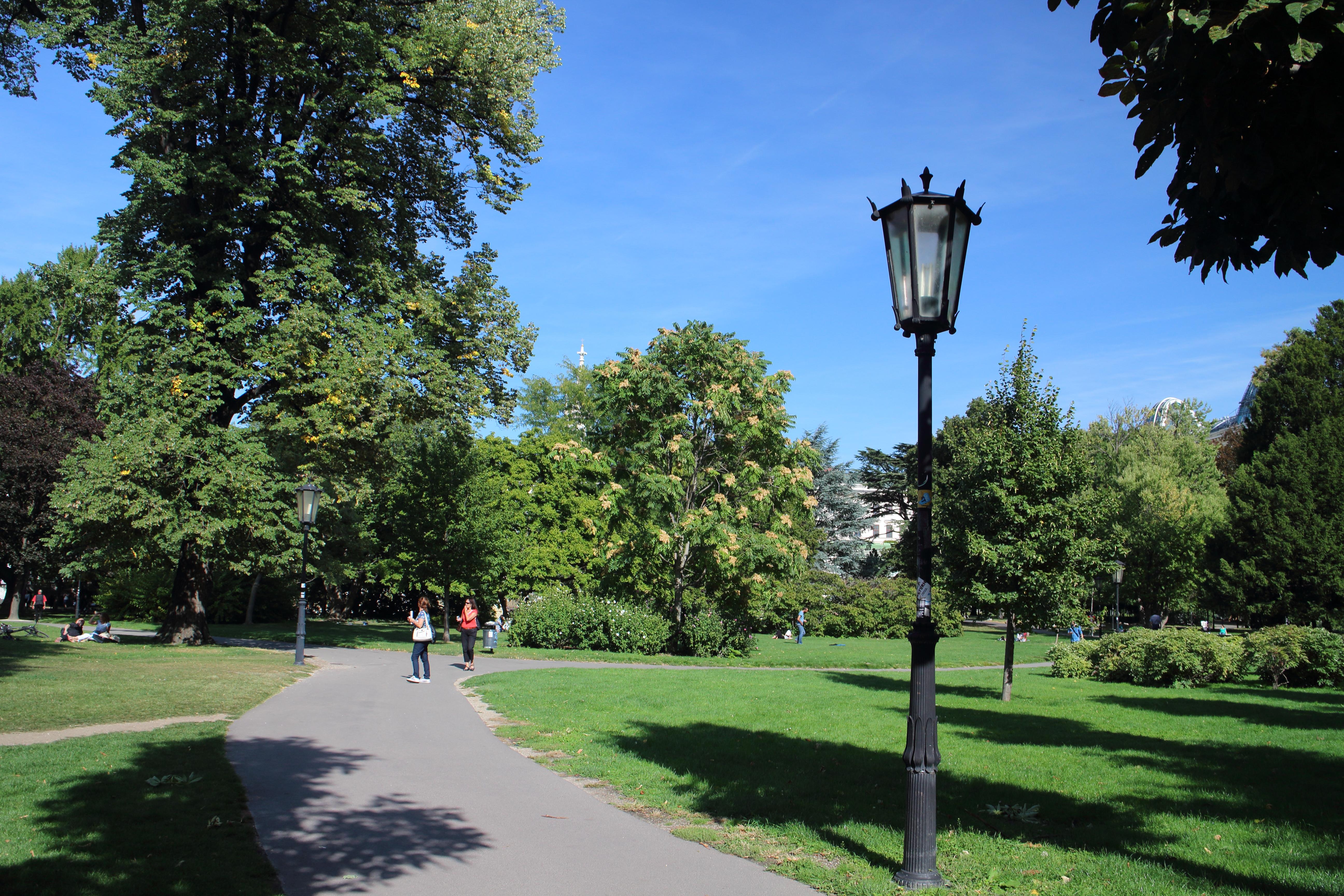 そぞろ歩きも楽しいウィーン(美術史博物館→ブルク公園→ミヒャエル教会→パレフェルステル→ショッテン教会→ヴォティーフ教会)
