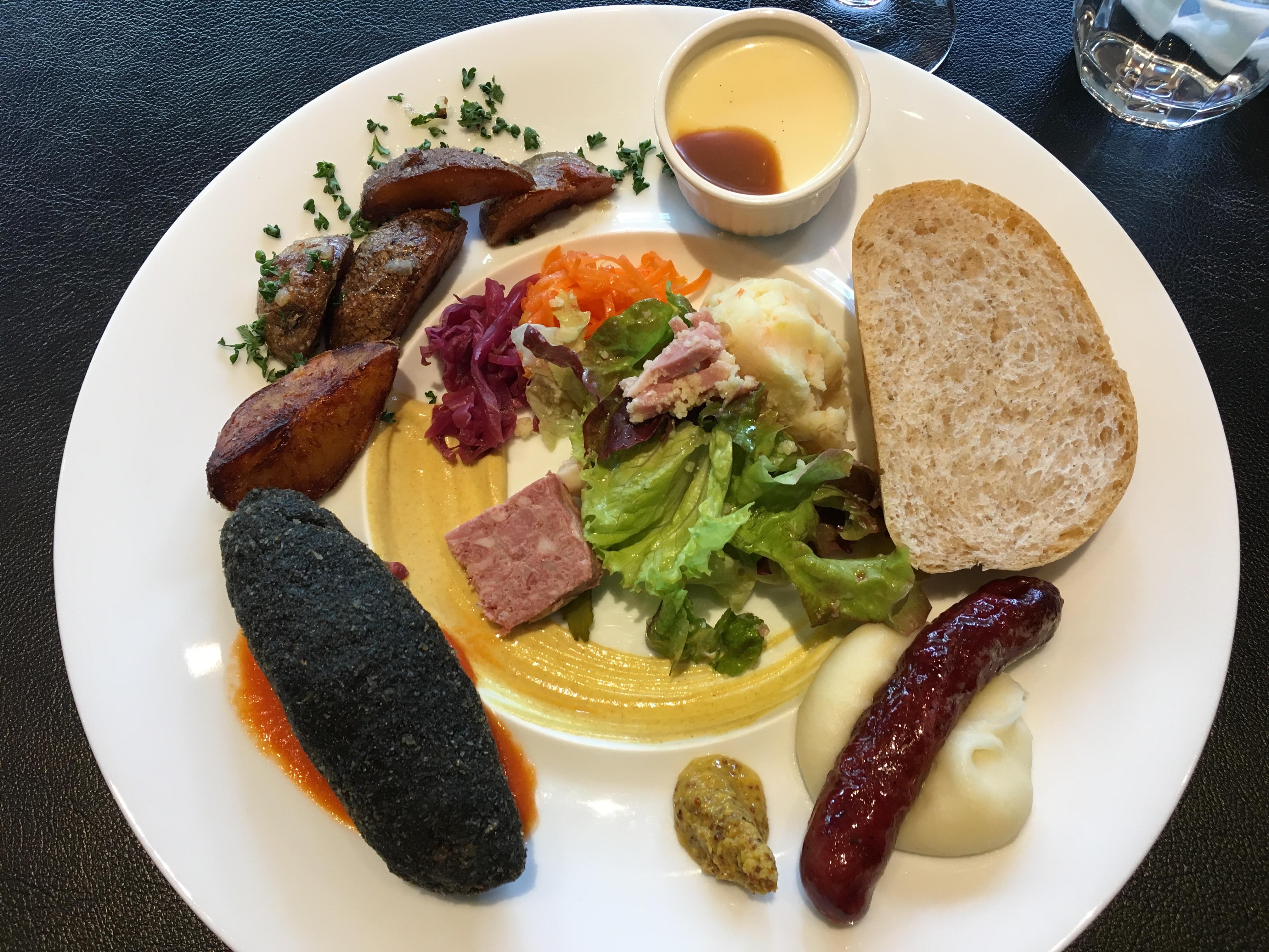札幌赤れんが庁舎をさらっと見学後は、北海道産の野菜とお肉のワンプレートランチ!